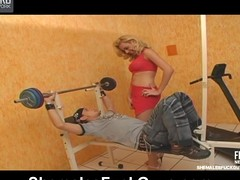 Sporty shemale way some arse-stretching exercises to curious guy in gym