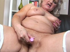 Kinky mama likes fro play with herself