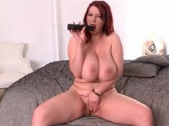 Curvy redhead fills pussy yon a dildo